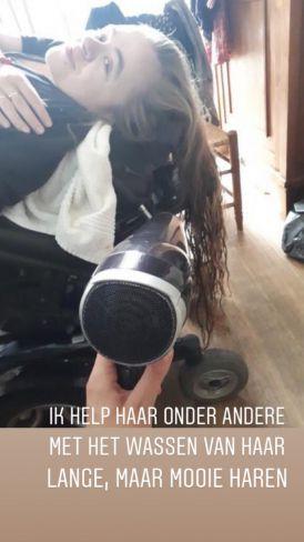Kirsten föhnt de haren van Mira