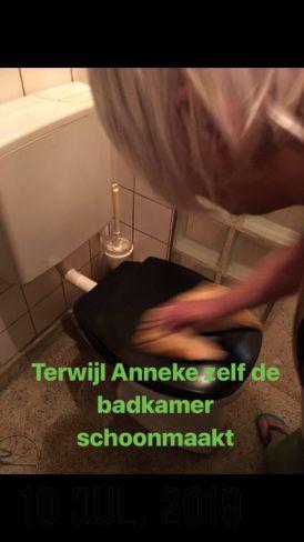 Anneke maakt zelf de badkamer schoon