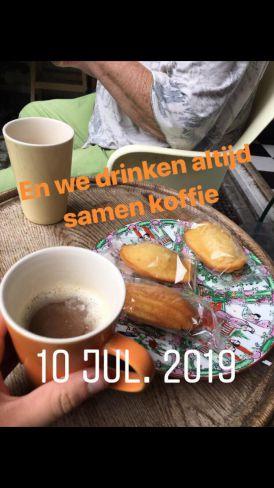 Anneke en Nella drinken samen koffie
