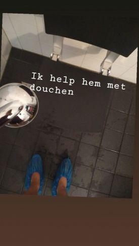 Valerie helpt met douchen