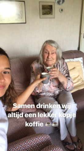 Johanna en Isis drinken koffie