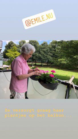 Loes op het balkon